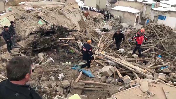 9 قتلى في تركيا و25 جريحا في إيران نتيجة زلزال بين حدود البلدين