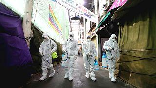 Koronavirüsün bulaştığı kişi sayısı 79 bine dayandı; 2 bin 462 kişi öldü