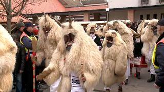 جانب من مهرجان الاحتفال بانتهاء فصل الشتاء في إحدى مدن المجر