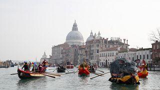 Los barcos navegan durante el desfile acuático, parte del Carnaval de Venecia, en Venecia, Italia, el domingo 9 de febrero de 2020.