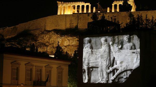 Atina'daki Akropolis Müzesi'nde yansıtılan Elgin mermerleri