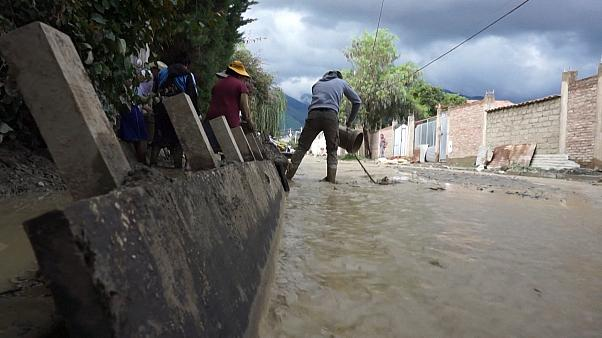 Bolivians clean up after river flood forces evacuation