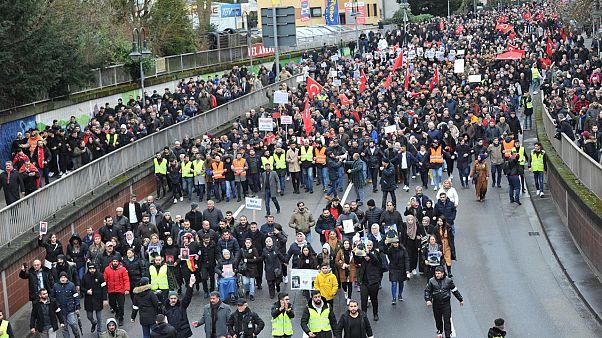 Almanya'da ırkçı saldırıya tepki: 'Türkleri korkutup ayrılacaklarını sanıyorsanız yanılıyorsunuz'