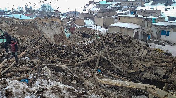 دشواری نجات روستاییان زلزله زده در برف و سرما در مرز ایران و ترکیه