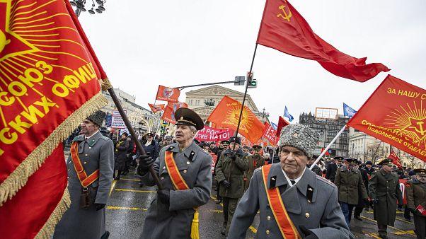 Antiguos oficiales soviéticos, partidarios del Partido Comunista Ruso, banderas rojas durante un mitin por el Día de los Defensores de la Patria, en Moscú, Rusia.