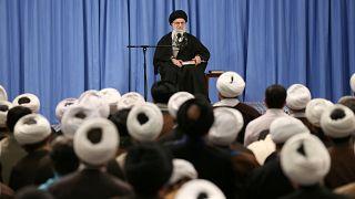 İran dini lideri Ali hamaney bir toplantıda konuşma yapıyor