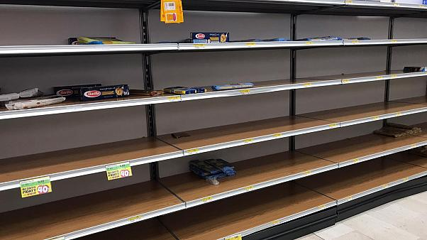Estanterías vacías en los supermercados de Lombardía el domingo