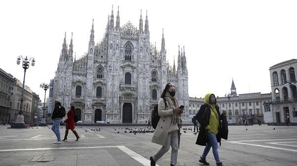 Туристы в Милане на площади перед знаменитым собором надели медицинские маски
