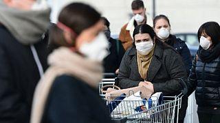 İtalya'da maske takan insanlar