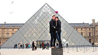 Louvre Piramidi (Louvre Müzesi'nin girişi) - Paris