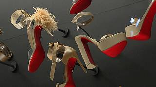 A Paris, les semelles rouges de Christian Louboutin s'exposent