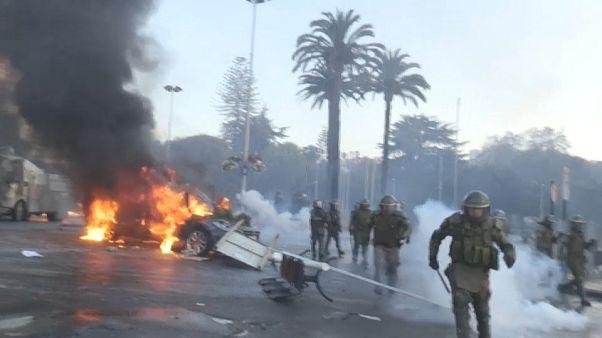 Polizisten während einer Auseinandersetzung mit Demonstranten in Vina del Mar