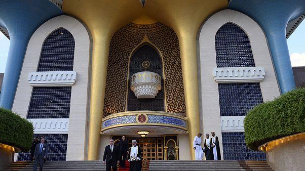 سلطنة عمان تسجل أول إصابتين بكورونا الجديد وتعلق الرحلات الجوية مع طهران |  Euronews