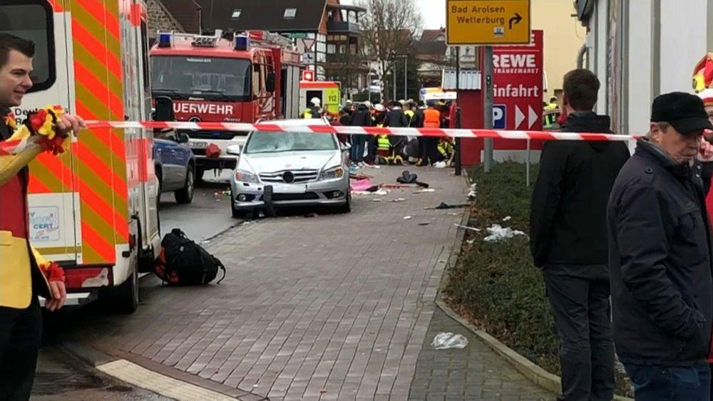 Almanya'da karnavalda bir araç kalabalığa daldı: En az 10 yaralı, sürücü gözaltında