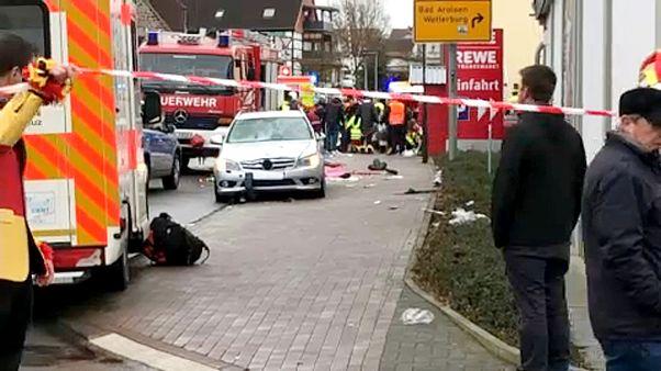 Autó hajtott felvonulók közé Németországban