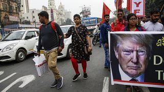 متظاهرون يحتجون على زيارة الرئيس الأمريكي دونالد ترامب للهند، في كولكاتا بالهند  24/02/2020