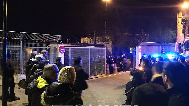 Σε Λέσβο και Χίο τα ΜΑΤ - Μπλόκα στο λιμάνι - Στους δρόμους οι πολίτες