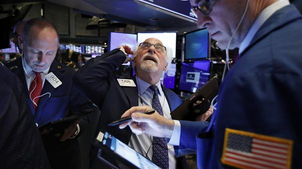 Les traders Michael Urkonis, à gauche, et Peter Tuchman, au centre, à la Bourse de New York, le lundi 24 février 2020.