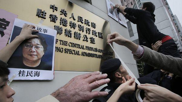 Photo d'archive de Gui Minhai collée par des manifestants à Hong Kong, le 3 janvier 2016