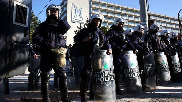 Άνδρες των ΜΑΤ φρουρούν το ξενοδοχείο όπου διεξάγεται το συνέδριο της ΓΣΕΕ