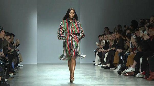 Nagy sikerrel debütált Kenneth Izé nigériai-olasz divattervező Párizsban