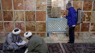 Opération de désinfection dans la ville sainte de Qom, en Iran, le 25 février 2020