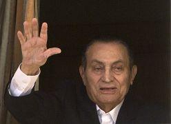 الرئيس المصري المخلوع حسني مبارك يلوح بأنصاره من غرفته في مستشفى المعادي العسكري - القاهرة 2016