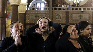 مصريات مسيحيات تبكين أقاربهن ضحايا الهجوم على كنيسة نخلة في الإسكندرية مصر  10/04/2017