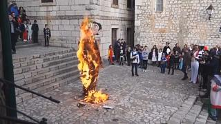 Indignación en Croacia por la quema de una estatua de carnaval que representa a una pareja gay