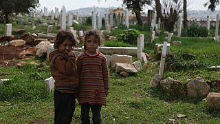 العيش تحت الأرض أو بين القبور.. ملجأ للنازحين في شمال غرب سوريا