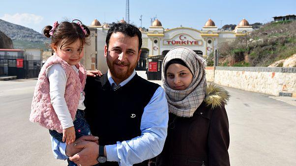 """Babasının """"savaş oyunu"""" oynattığı küçük Selva ve ailesi Türkiye'ye getirildi"""