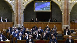 A szavazás eredménye a kijelzőn az Országgyűlés plenáris ülésén 2020. február 25-én