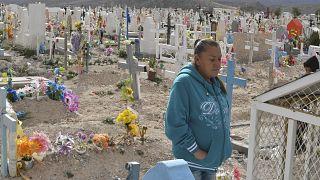 Maria Guadalupe Guereca oğlunun mezarını ziyaret ederken