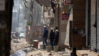 Confrontos em Nova Deli fazem 20 mortos e 200 feridos