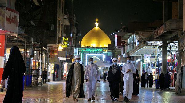 بعض الحجاج الشيعة يرتدون أقنعة خارج مرقد الإمام علي في النجف بالعراق  24/02/2020