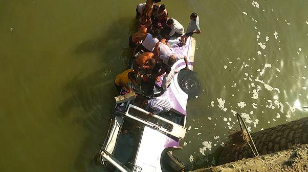 Hindistan'da düğünden dönen otobüs nehre düştü: 25 ölü