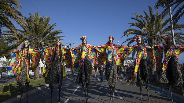 Главная карнавальная процессия идет по знаменитой Английской набережной Ниццы