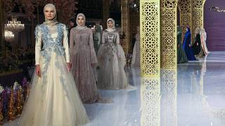 ابنة الرئيس الشيشاني تقدم عرض أزياء للموضة الإسلامية في باريس