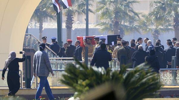شاهد: السيسي يتقدم الجنازة العسكرية للرئيس المصري الأسبق حسني مبارك