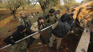 مقاتلون sوريون مدعومون من الأتراك يستعدون لإطلاق مدافع هاوتزر محافظة إدلب fسوريا 24/02/2020