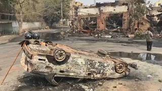 Halottak, kiégett autók, romos házak az indiai fővárosban