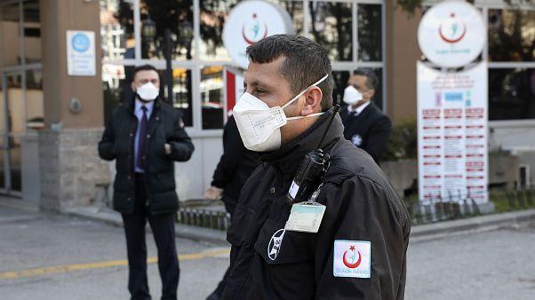 Türkiye koronavirüs salgınına karşı tedbirleri attırdı