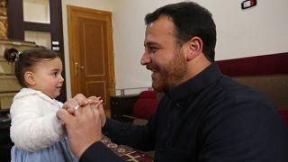 الأب السوري عبد الله محمد مع ابنته سلوى ذات الثلاث سنوات 23/02/2020