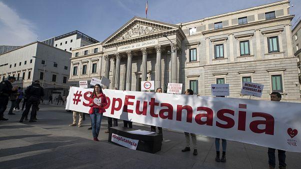 """مجموعة من المؤيدن لـ""""الحياة الكريمة"""" تقف خارج البرلمان الإسباني في مدريد   11/02/2020"""