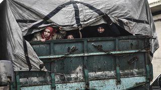 Civis em fuga de Idlib após bombardeamentos sobre a região