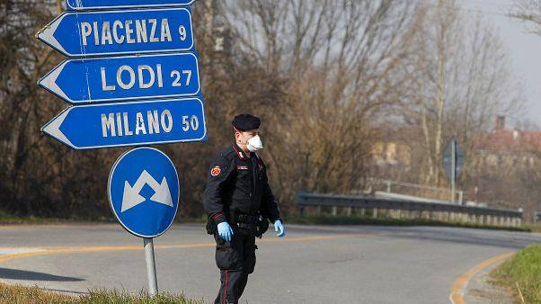 Un carabineri vérifie le trafic entrant et sortant de la ville en quarantaine de Codogno, à une cinquantaine de kilomètres au sud-est de Milan en Italie, le 24 février 2020