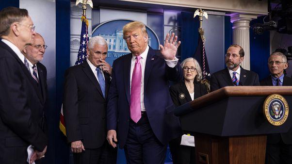الرئيس الأمريكي دونالد ترامب عقب مؤتمره الصحفي برفقة فريقه المختص بمواجهة فيروس كورونا المستجد. البيت الأبيض 26/02/2020