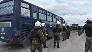 Άνδρες των ΜΑΤ περιμένουν διαδηλωτές στην περιοχή της Καράβας ( 27/2/20)