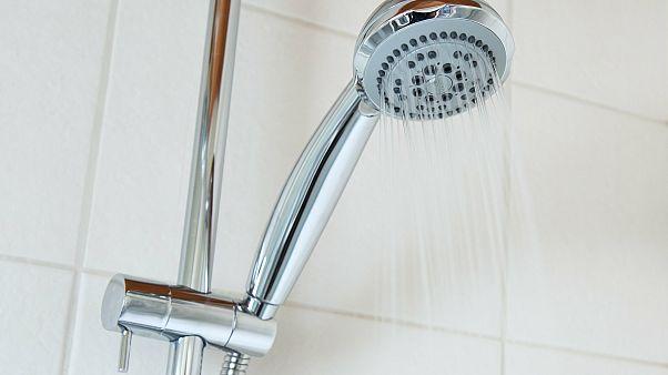 Четверть французов принимают душ реже раза в день