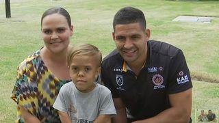 Quaden Bayles annesi ve rugby oyuncusu ile poz verdi